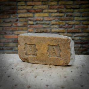 H.A. címeres nagyméretű antik tégla