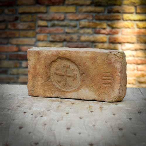 Kalapácsos IIII címeres antik bontott tégla