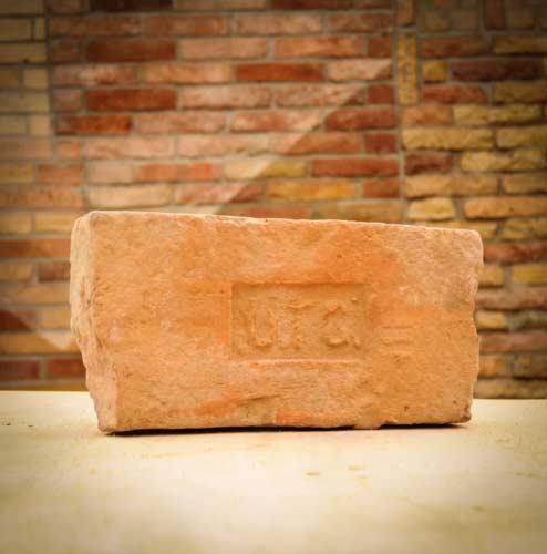 UTG lenyomatú antik címeres bontott műemlék tégla