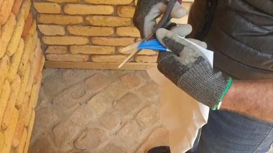 A fugazsákot használat előtt a jelzett részen ferdén levágjuk