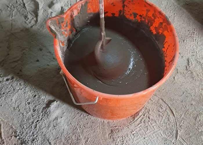A ragasztót a vödörbe adagolás után vízzel keverjük mindaddig, amíg sima, lágy, krémes, nem túl folyékony állagot nem kapunk