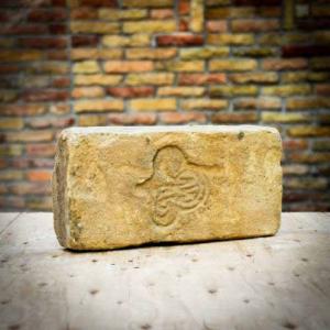 Lóhere lenyomatú sárgás színű címeres pecsétes antik tégla