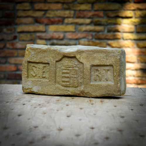 Salgótarjáni Egyesült Rt. címeres bontott műemlék tégla