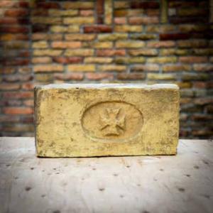 Vöröskeresztes lenyomatú címeres bontott antik műemlék tégla